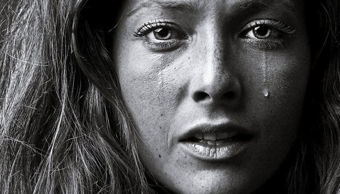 грустные картинки со слезамиьна лице